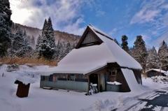 山間の雪家