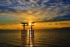 琵琶湖湖中鳥居の朝日