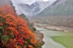 霧雨のダム湖