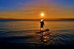 夕日に漕ぎ出でて