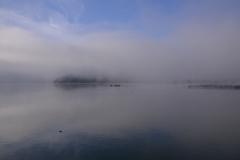 霧の余呉湖
