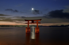 月夜の湖中鳥居