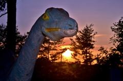 夕日に染まる恐竜ティプロドクス
