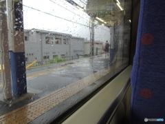 雨の中の京急