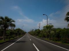 真っ直ぐな道、青い空、青い海。これぞリゾートバカンス!