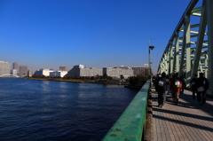 相生橋を渡る東京ウオーカー