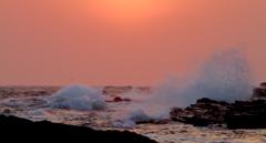 迫る城ヶ島の夕波