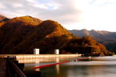 夕映えの小河内ダム