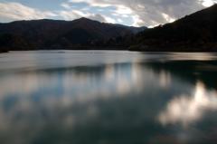 漂う湖面の空