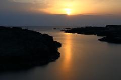 夕陽と入り江