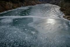 凍てつく横川湖