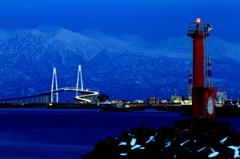 赤灯台と新湊大橋