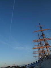 海王丸と飛行機雲