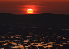 散居村に沈む変形夕日
