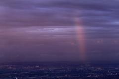 夕暮れの街に虹が。7.03
