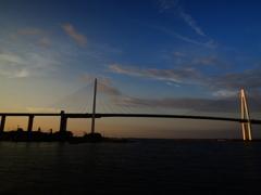 夕陽に照らされる新湊大橋