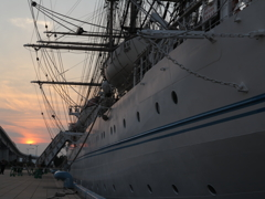 夕陽に照らされた船体