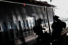 新幹線に乗り込む