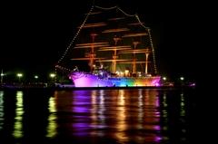 レインボーカラーの帆船海王丸
