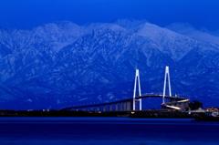 暮れる新湊大橋