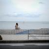 バス停と海と
