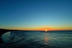 夜明けの海の輝き
