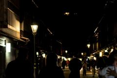 夜の茶屋街を歩く