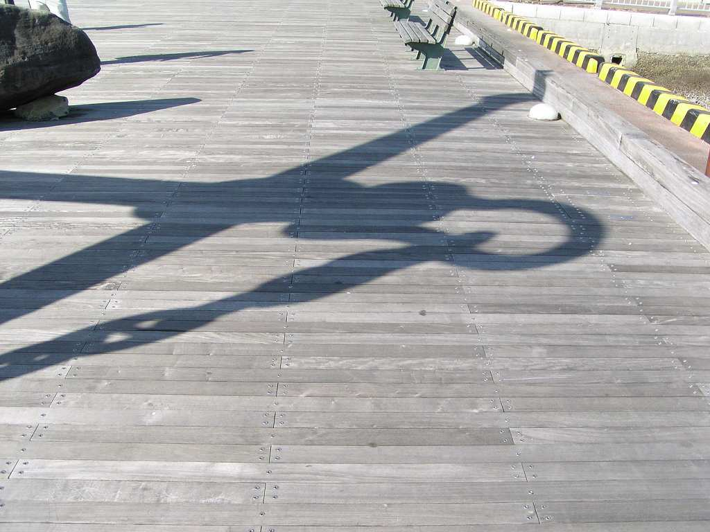 ウッドデッキの影