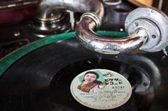 古い蓄音機