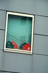 祭り待つ窓