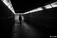 Woman going through the underpass♪