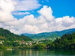 森と湖の風景..