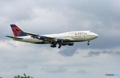 「雲」と DELTA 747-400 N666US 到着です