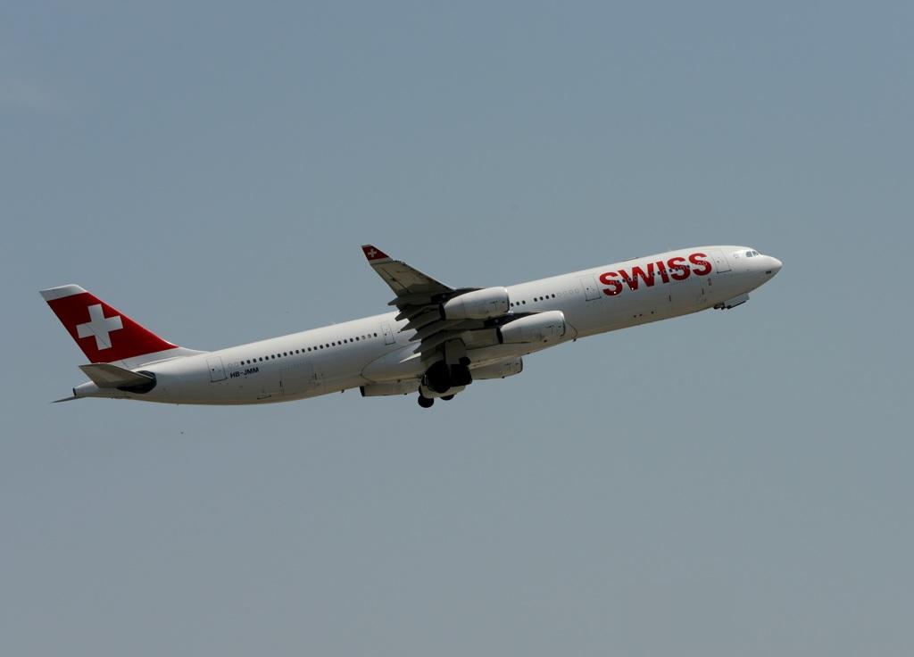 SWISS A340-313 出発