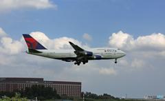 「雲」と DELTA 747-400 N668US