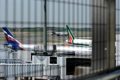 空港 風景(18)出発 A340-600赤いエンジン