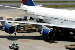 空港 風景(19)ジャンボ機は荷物も多い!