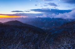 雪の舞う峠の朝