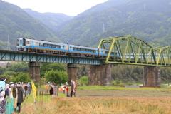 吉野川を渡る2000系