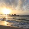夕日に染まる砂浜
