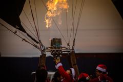サンタが気球でやって来る