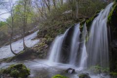 陽光〜新緑と残雪の猿壺滝Ⅱ