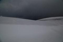 雪舞う丘~暗い海を望む~