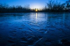 印旛沼 朝日と薄氷-2