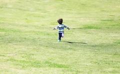 芝生をダッシュ!