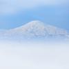 白く浮かび上がる鳥海山