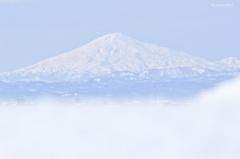 雪壁から望む鳥海山