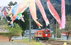 鯉のぼりと赤い列車