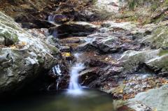 岩と落葉と水の流れ1