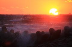 飛沫を照らす夕日